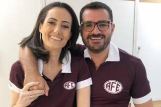 Marcelo Cosme, ao lado da amiga, a jornalista Raquel Novaes/Reprodução Arquivo Pessoal