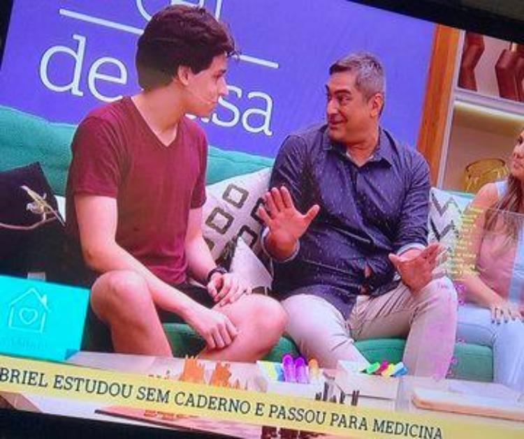 Momento em que a camisa de Zeca Camargo abriu - Reprodução/TV Globo