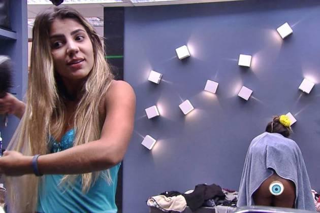BBB19 - Carolina se descuida (Reprodução/TV Globo)
