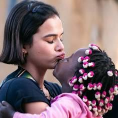 Bruna Marquezine com garotinha em visita à Angola / Instagram