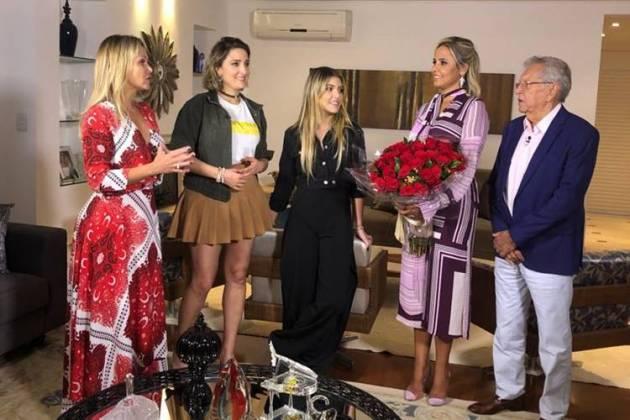 Carlos Alberto com a família e Eliana (Gabriel Cardoso/SBT)