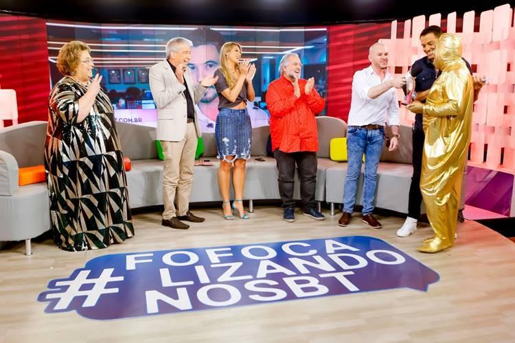 Fofoquito entra com o Troféu Prêmio Área VIP (Gabriel Cardoso/SBT)Fofoquito entra com o Troféu Prêmio Área VIP (Gabriel Cardoso/SBT)