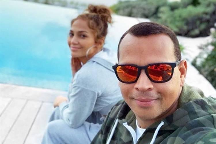 Cantora Jennifer Lopez caminha com o noivo pela Flórida