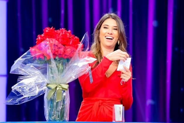 Rebeca Abravanel recebe flores no Roda a Roda Jequiti (foto: Gabriel Cardoso/SBT)