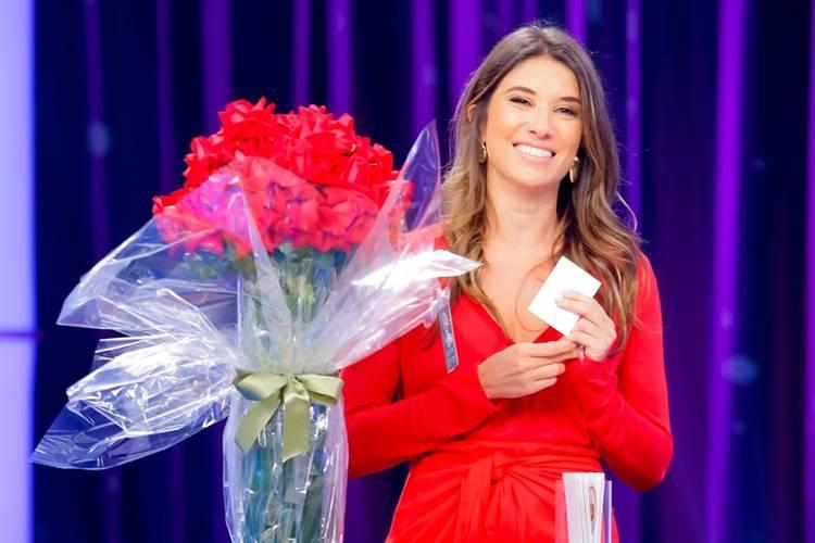 Rebeca Abravanel recebe flores no Roda a Roda (Gabriel Cardoso/SBT)