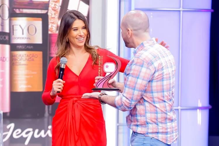 Rebeca Abravanel recebe Trofeu Área VIP de Fabio Almeida (Gabriel Cardoso/SBT)