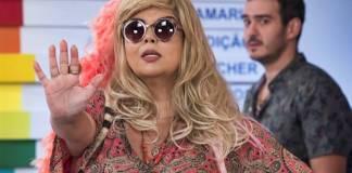 Verão 90 - Álamo (Marcos Veras) leva Madá (Fabiana Karla) disfarçada até a PopTV (Globo/João Miguel Júnior)