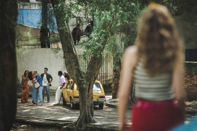 Verão 90 - Manu observa João (Gshow/Fabiano Battaglin)