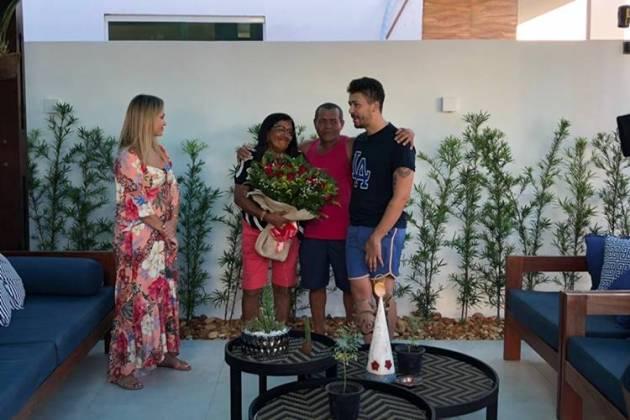 Carlinhos Maia com a família (Divulgação/SBT)