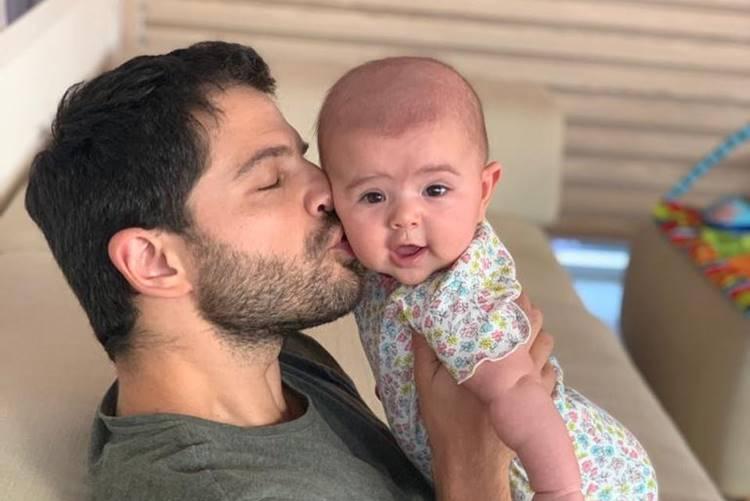Duda Nagle posa em momento fofura com a filha Zoe nas redes sociais