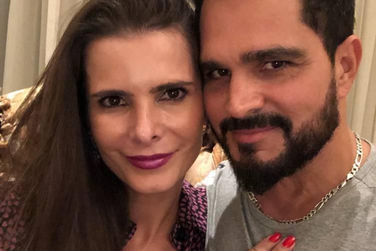 Mulher do sertanejo Luciano Camargo posa ao lado de ministro e faz elogio