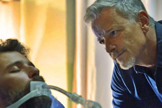O Sétimo Guardião - Sampaio no hospital com Gabriel (Reprodução/TV Globo)