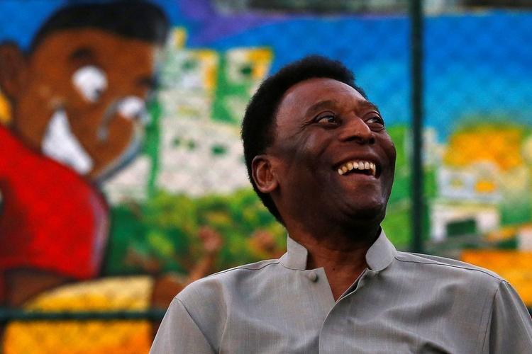 Após internação em Paris, Pelé recebe alta do hospital