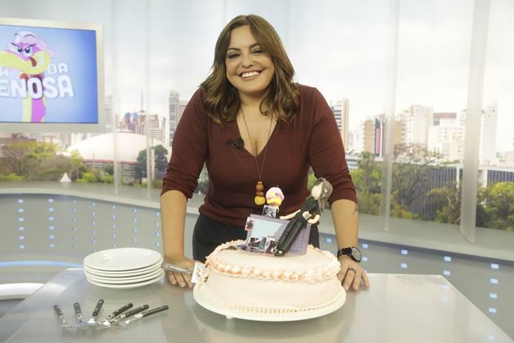 Fabíola Reipert faz aniversário e ganha festa surpresa no Balanço Geral