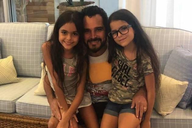 Luciano Camargo e as filhas Isabella e Helena / Instagram