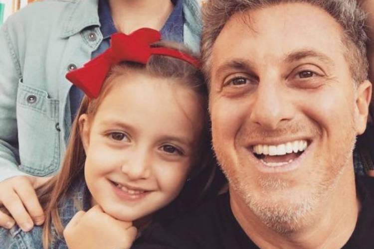 Luciano Huck surge em momento raro com a filha