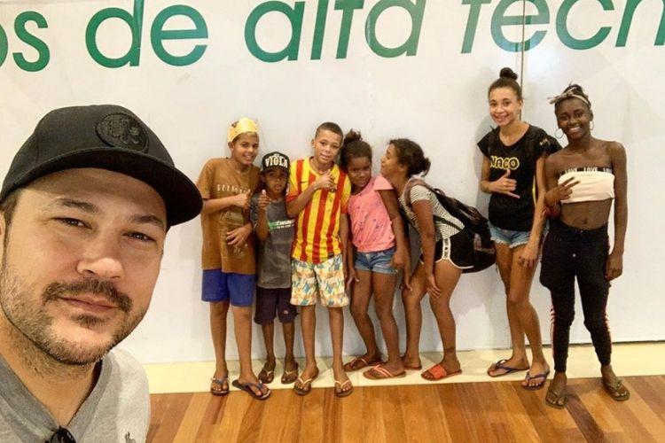 Sertanejo João Bosco, da dupla com Vinícius, faz surpresa para crianças em situação de rua