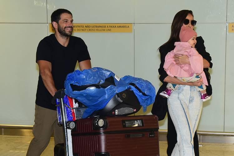 Fim das férias! Zoe, filha de Sabrina Sato, encanta ao desembarcar no aeroporto