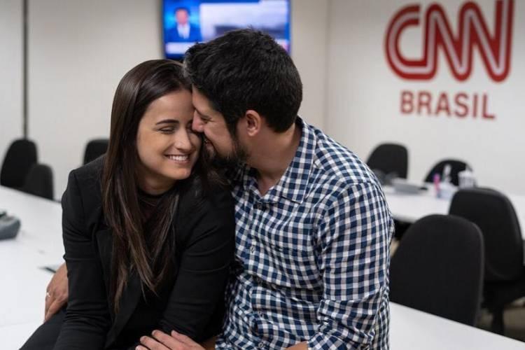 """Em vídeo para a CNN Brasil, Mari Palma e Phelipe Siani fazem """"declaração de amor"""""""