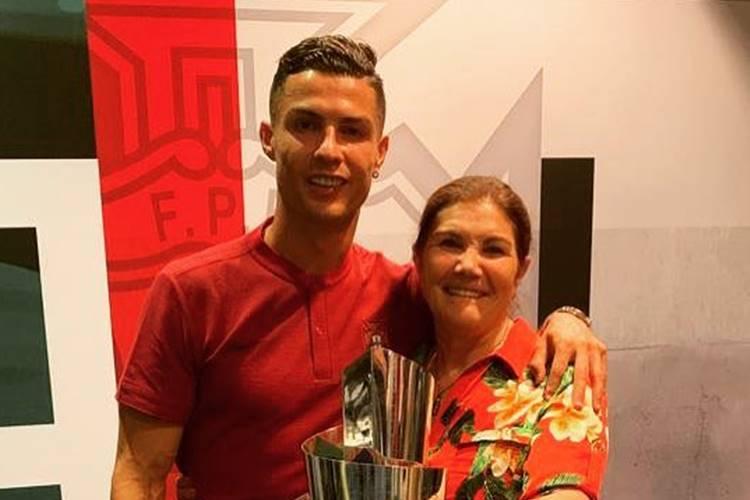 Mãe de Cristiano Ronaldo marca presença no show de famosa sertaneja