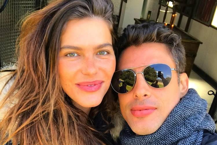 Mariana Goldfarb, esposa de Cauã Reymond, surge de short curtinho em momento intimista