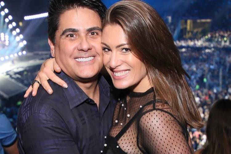 Elaine Mickely, esposa de Cesar Filho, usa look transparente para o show 'Amigos'