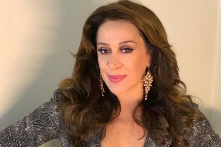 "Claudia Raia encanta ao posar ao lado da família e dos atores Gloria Menezes e Tarcísio Meira: ""Amor imenso"""