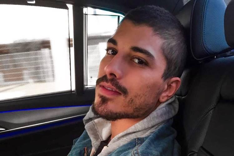 Ex-Fazenda, Douglas Sampaio curte momento intimo com amigo em hotel