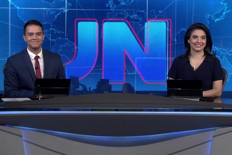 Jornalistas se submetem a situação inusitada antes de ir ao ar no 'Jornal Nacional'