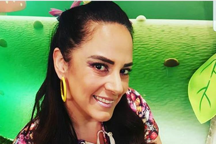 Silvia Abravanel surge descontraída nos bastidores do SBT