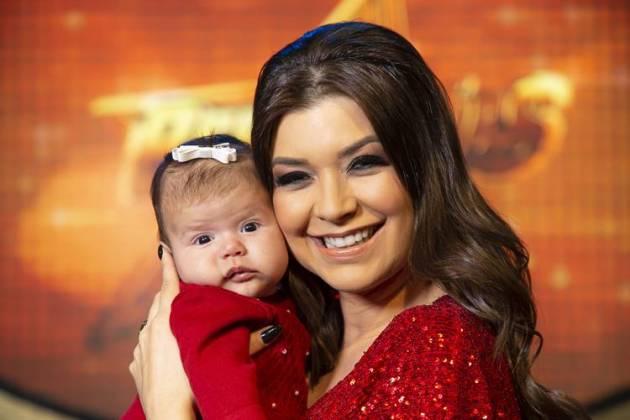 Amanda Françozo com a filha (Juan Ribeiro / Divulgação TV Aparecida)