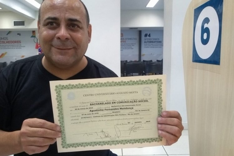 """Ex-BBB Agustinho se emociona após se formar na faculdade: """"Sou um vencedor"""""""