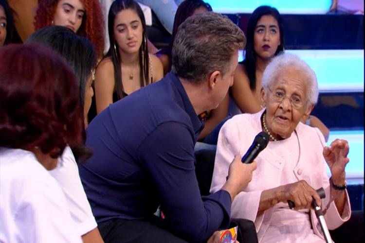 Fã de Luciano Huck completa 100 anos e ganha surpresa do apresentador