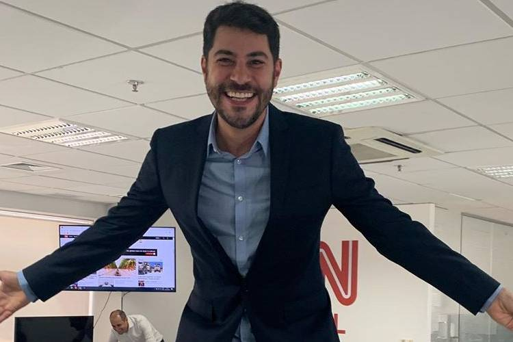"Evaristo Costa posa na CNN Brasil e brinca: ""Cheguei já metendo os pés na mesa"""