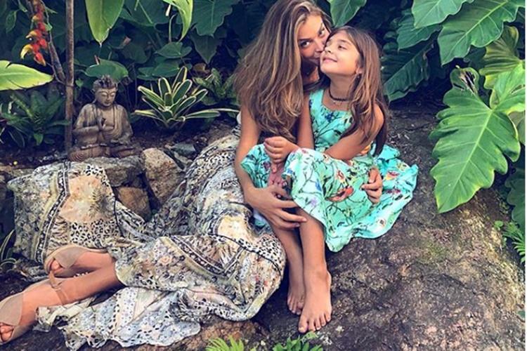 Filha de Grazi Massafera cresce e herda tênis da mãe