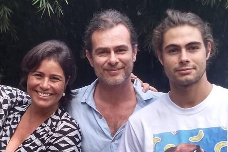 """Rafa Vitti mostra os pais no cartório após pedido de casamento: """"Coisa linda"""""""