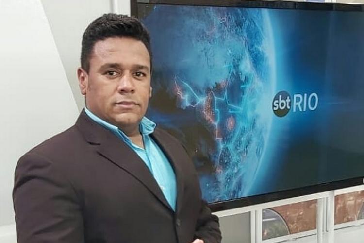 Primeiro âncora negro do 'SBT Rio' celebra feito inédito na emissora