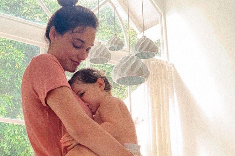 """Débora Nascimento fala sobre a criação da filha: """"Vai amar quem quiser"""""""