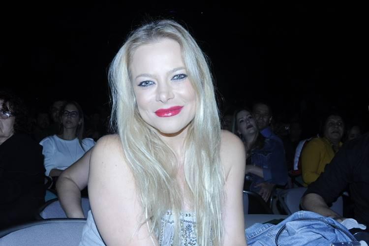 Jackeline Petkovic surge deslumbrante em show sertanejo