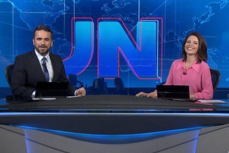 Ao vivo, apresentador do 'Jornal Nacional' quebra protocolo e toma atitude inédita