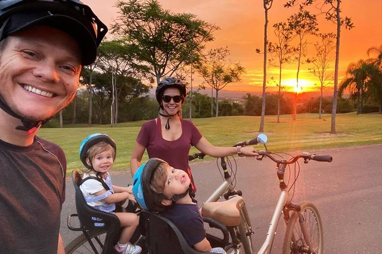 Michel Teló e Thais Fersoza curtem o dia com os filhos