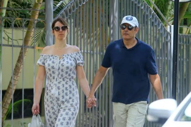 Discreto! William Bonner é flagrado passeando com a esposa