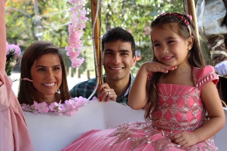 """""""O amor só aumenta"""", afirma Deborah Secco sobre quarentena ao lado do marido"""