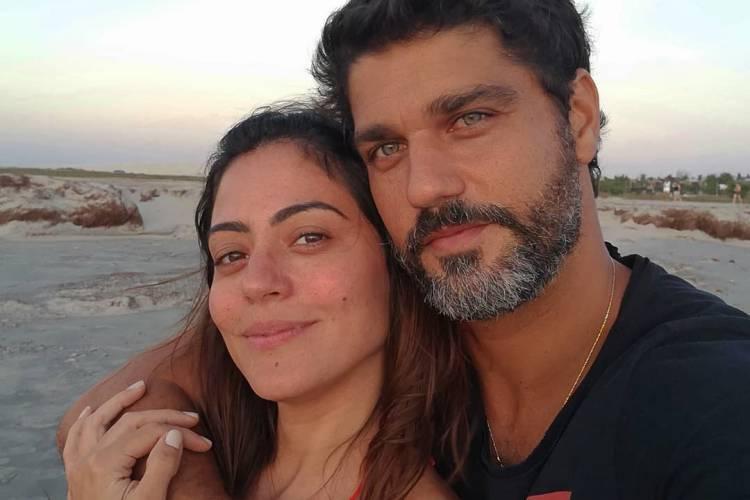Carol Castro 'analisa' novo visual do namorado, Bruno Cabrerizo