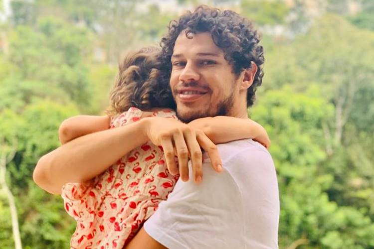 José Loreto compartilha momento fofo ao lado da filha