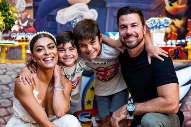 Juliana Paes ao lado dos filhos e marido - Foto Arthi Filmes/Reprod