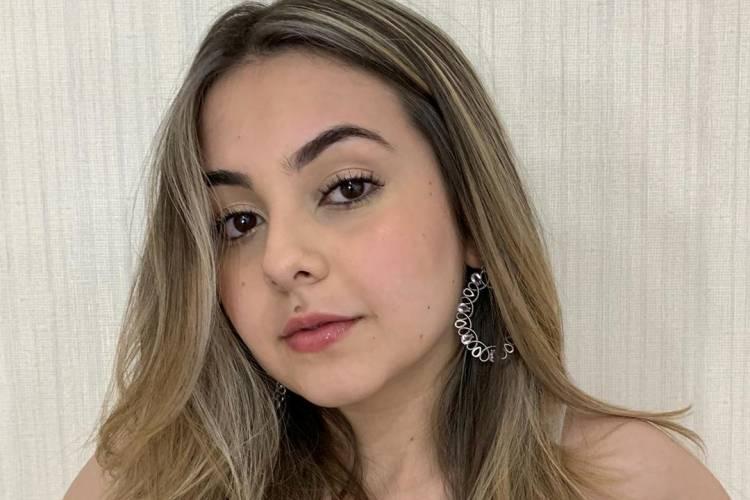"""Klara Castanho posa de biquíni e brinca: """"Me processe por estar bonita"""""""