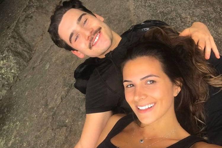 Apaixonado, Nicolas Prattes dá beijão em nova namorada na cachoeira