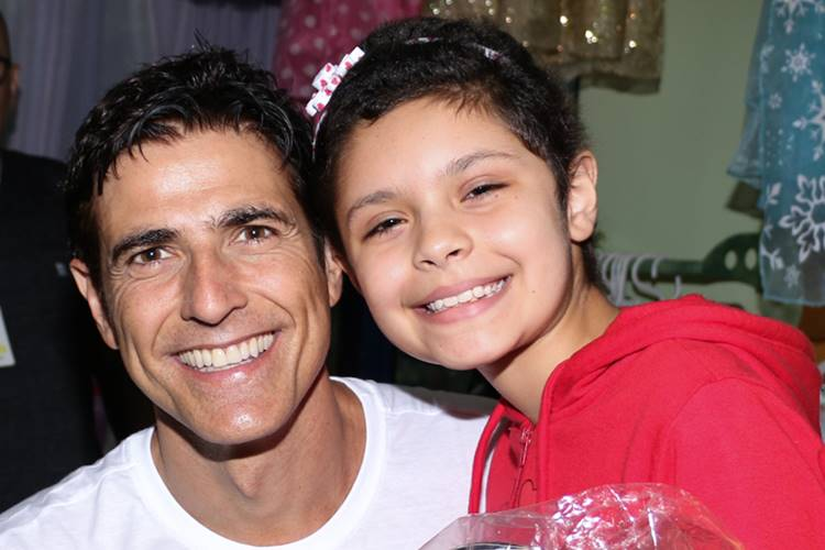 Reynaldo Gianecchini distribui presentes para crianças com câncer