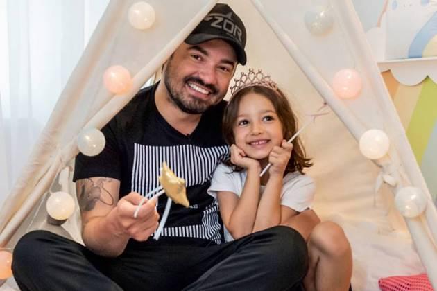Sertanejo Fernando Zor posa com a filha no novo quarto (Foto: Grão de Gente)